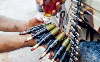Μαχητής των κυβερνητικών στρατευμάτων ετοιμάζει τα πυρομαχικά του, στη διάρκεια συγκρούσεων με τις δυνάμεις του Χαλίφα Χαφτάρ –που ελέγχει το ανατολικό τμήμα της χώρας– στα περίχωρα της Τρίπολης.