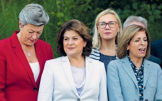 Η Ρουμάνα Ροβάνα Πλαμπ (δεύτερη από αριστερά) δημιουργεί προβλήματα στη νέα «ομάδα» που φιλοδοξεί να στελεχώσει η Ούρσουλα φον ντερ Λάιεν.