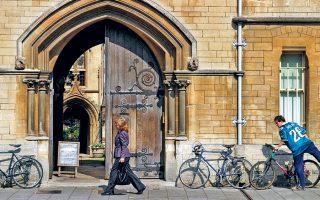 Η είσοδος του Πανεπιστημίου της Οξφόρδης. Με το νέο νομοθετικό πλαίσιο, οι διεθνείς απόφοιτοι θα μπορούν να παραμείνουν στη χώρα έως και δύο χρόνια, αυξάνοντας τις πιθανότητές τους να βρουν μακροχρόνια απασχόληση.