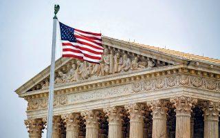 Το κτίριο του Ανωτάτου Δικαστηρίου των ΗΠΑ, στην Ουάσιγκτον. Οι δύο γυναίκες δικαστές που διαφώνησαν με την απόφαση υποστήριξαν ότι, αν γίνει δεκτή, ανατρέπονται κανόνες ασύλου που βρίσκονται σε ισχύ επί δεκαετίες.