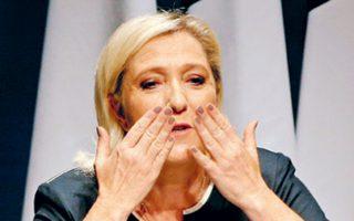 Η Μαρίν Λεπέν χαιρετά τους οπαδούς της, μετά την ομιλία της στο Φρεζούς της νότιας Γαλλίας.