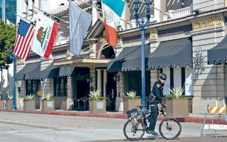 Αστυνομική περιπολία έξω από το ξενοδοχείο στο οποίο επρόκειτο να πραγματοποιηθεί γεύμα προς τιμήν του Τραμπ στο Σαν Ντιέγκο.