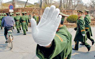 Κινέζος αστυνομικός στο Πεκίνο. Οι συνάδελφοί του που θα περιπολούν στο Βελιγράδι φορούν ίδια στολή.