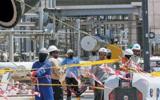 Εργάτες αποκαθιστούν τις ζημιές στην Aramco, στο Χουράις, που επλήγη από πυραύλους και drones.
