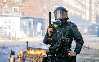 Δανός αστυνομικός κατά τη διάρκεια επιχείρησης αντιμετώπισης ταραξιών στη συνοικία Νόρεμπρο της Κοπεγχάγης.