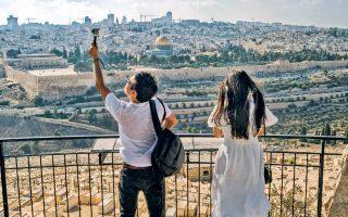 Τουρίστες φωτογραφίζουν το Ορος των Ελαιών, στην Ιερουσαλήμ. Οι Αρχές της πόλης έχουν εγκρίνει την κατασκευή τελεφερίκ.