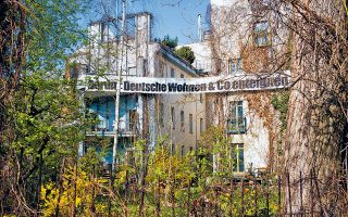 «Κρατικοποιήστε την Deutsche Wohnen», γράφει το πανό στη συνοικία Κρόιτσμπεργκ του Βερολίνου. Η συγκεκριμένη εταιρεία είναι ο μεγαλύτερος ιδιοκτήτης ακινήτων στην πρωτεύουσα.