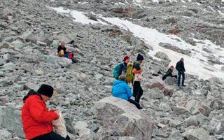 Ακτιβιστές συγκεντρώθηκαν στους ελβετικούς ορεινούς όγκους για να θρηνήσουν την απώλεια του παγετώνα.