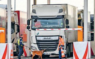 Φορτηγά που περνούν στη Βρετανία. Σύμφωνα με την κυβέρνηση, απομένει αρκετή δουλειά για να διασφαλιστεί η τροφοδοσία με φάρμακα.