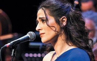 Η νέα ηθοποιός και τραγουδίστρια Βερόνικα Δαβάκη ξάφνιασε ευχάριστα, πέρυσι, σε διασκευές σμυρναίικων και ρεμπέτικων με άρπα.