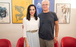 Η νέα καλλιτεχνική διευθύντρια του Φεστιβάλ Αθηνών και Επιδαύρου Κατερίνα Ευαγγελάτου και ο απερχόμενος καλλιτεχνικός διευθυντής Βαγγέλης Θεοδωρόπουλος στη σημερινή τελετή της διαδοχής.