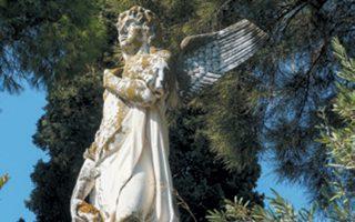 Αγγελος στην κορυφή του τάφου της οικογενείας Καραμπίνη στο Α΄ Νεκροταφείο Ζακύνθου.