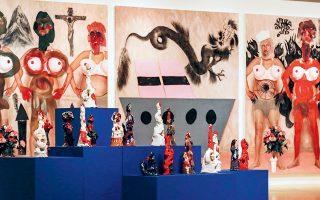 Στην έκθεση παρουσιάζονται ζωγραφικά έργα, γλυπτά, φωτογραφίες, μια επιλογή καθημερινών αντικειμένων από τις συλλογές του Μουσείου Μπενάκη, εκδόσεις, βίντεο, ρούχα.