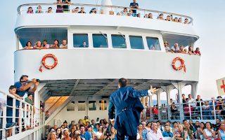 Η παράσταση «Lemon», που διασκεύασε και σκηνοθέτησε η  Γεωργία Τσαγκαράκη, παίχτηκε σε ένα ferry boat στο λιμάνι της Αντιπάρου.