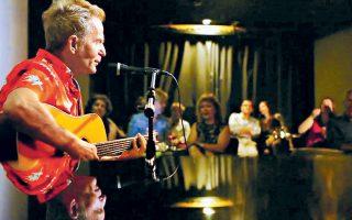 Υστερα από ένα πρόβλημα υγείας, ο Βαγγέλης Γερμανός επέστρεψε φέτος το καλοκαίρι στις ζωντανές εμφανίσεις, πάντα με την κιθάρα στην αγκαλιά του.