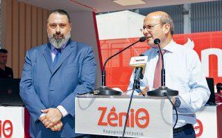 Ο Μάνος Εξαρχουλάκος, διευθυντής Μarketing και Επικοινωνίας της Zeniθ, υποδέχθηκε τον υπουργό Περιβάλλοντος και Ενέργειας Κωστή Χατζηδάκη, στα εγκαίνια του περιπτέρου της εταιρείας.
