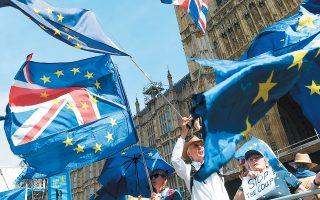 Οι διαμαρτυρίες των πολιτών ξεκίνησαν μετά τις καταγγελίες της αντιπολίτευσης ότι η κυβέρνηση προχωρεί σε μεθοδεύσεις με στόχο να στερήσει από τους βουλευτές την ευκαιρία να καθυστερήσουν, να τροποποιήσουν ή να αποτρέψουν το Brexit.