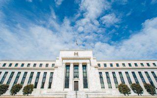Ο πρόεδρος της Fed δήλωσε πως η μείωση των επιτοκίων έχει στόχο να περιφρουρήσει την οικονομία έναντι των κινδύνων, ώστε να παραμείνει ισχυρή.
