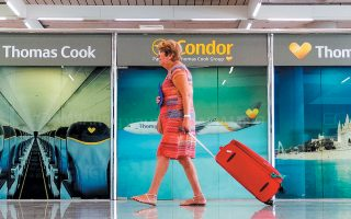 Mέχρι στιγμής, με τις συντονισμένες προσπάθειες της Αρχής Πολιτικής Αεροπορίας της Βρετανίας, έχουν επιστρέψει στη βάση τους πάνω από 16 χιλιάδες τουρίστες.