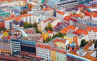 Μιλώντας για την απόφαση αγοράς των 6.000 διαμερισμάτων, ο δήμαρχος του Βερολίνου, Μίχαελ Μίλερ, είπε πως «έχει σκοπό να διατηρήσει σταθερά τα ενοίκια στο Βερολίνο και να παρέχει ασφάλεια στους ενοικιαστές».