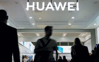 Η εμπορική διαμάχη ΗΠΑ - Κίνας εξακολουθεί να βρίσκεται στο επίκεντρο του επενδυτικού ενδιαφέροντος, με δημοσιεύματα ότι η κυβέρνηση των ΗΠΑ ενδέχεται να άρει την εξαίρεση (waiver) των αμερικανικών εταιρειών που τους επιτρέπει να πραγματοποιούν συναλλαγές με τον κινεζικό κολοσσό των τηλεπικοινωνιών Huawei να μειώνουν τις προσδοκίες για μια εμπορική συμφωνία στο άμεσο μέλλον.