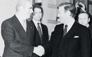 Μάιος 1975. Ο Κων. Καραμανλής με τον καγκελάριο Χέλμουτ Σμιτ στη Βόννη. «Η Ελλάδα έχει ανάγκη όχι μόνο να ξανακερδίσει τη θέση της στη διεθνή κοινωνία, αλλά επίσης και να προοδεύσει», είχε πει ο Ελληνας πρωθυπουργός.