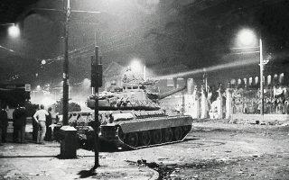 Τανκ μπροστά στο Πολυτεχνείο. Με την αιματηρή κατάληξη των φοιτητικών κινητοποιήσεων έληξε και ο «εκδημοκρατισμός» του καθεστώτος.
