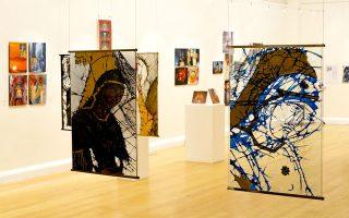 Εργα του καλλιτέχνη του γυαλιού Γιώργου Παπαδόπουλου που παρουσιάστηκαν στην εικαστική έκθεση με θέμα «Ορθοδοξία: Τρεις καλλιτέχνες - Τρεις τεχνικές - Ενα θέμα» στο Λονδίνο, στην αίθουσα του Ελληνικού Κέντρου.