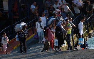 Πρόσφυγες και μετανάστες αποβιβάζονται από το πλοίο