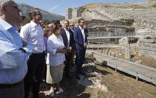 (Ξένη Δημοσίευση)  Ο πρωθυπουργός Κυριάκος Μητσοτάκης επισκέφτηκε το Αρχαίο Θέατρο Δωδώνης όπου ξεναγήθηκε και ενημερώθηκε από την αρμόδια υπουργό Πολιτισμού και Αθλητισμού Λίνα Μενδώνη για τα έργα αποκατάστασης της αρχικής μορφής του μνημείου, την Τρίτη 17 Σεπτεμβρίου 2019. Ο πρωθυπουργός πραγματοποιεί επίσκεψη στα Ιωάννινα.  ΑΠΕ-ΜΠΕ/ΓΡΑΦΕΙΟ ΤΥΠΟΥ ΠΡΩΘΥΠΟΥΡΓΟΥ/ΔΗΜΗΤΡΗΣ  ΠΑΠΑΜΗΤΣΟΣ