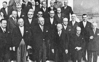 Ο κατακερματισμένος κεντρώος πολιτικός χώρος γίνεται ενιαίος, με την ένωση επτά μικρών κεντρώων κομμάτων σε έναν μεγάλο συνασπισμό υπό την ηγεσία του Γεωργίου Παπανδρέου, την Ένωση Κέντρου (Ε.Κ.), το 1961. Εδώ, ο Γεώργιος Παπανδρέου και η πρώτη κυβέρνηση της Ενώσης Κέντρου, μετά τη νίκη του κόμματος στις εκλογές της 3ης Νοεμβρίου 1963.