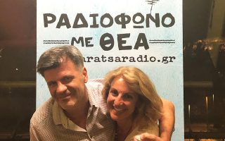 Ο Φοίβος Δεληβοριάς αγκαλιά με την παραγωγό Μαργαρίτα Μυτιληναίου, η οποία εμπνεύστηκε και υλοποίησε το web radio της Ταράτσας.
