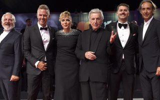 Ο Κώστας Γαβράς με τους πρωταγωνιστές της ταινίας «Ενήλικοι στο δωμάτιο» στο Διεθνές Κινηματογραφικό Φεστιβάλ της Βενετίας.