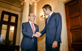 Ο Αμερικανός υπουργός Εμπορίου Ουίλμπουρ Ρος άφησε ανοικτό το ενδεχόμενο το ελληνικό ελαιόλαδο να μη συμπεριληφθεί στη σχεδιαζόμενη επιβολή εμπορικών δασμών από τις ΗΠΑ στις ευρωπαϊκές εξαγωγές προϊόντων (στη φωτογραφία με τον πρωθυπουργό Κυριάκο Μητσοτάκη).