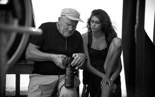 O αείμνηστος φωτογράφος μαζί με την Kaia Gerber, κατά τη φωτογράφηση καμπάνιας της Omega.