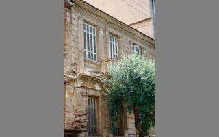 Εγκαταλελειμμένο διώροφο σπίτι της δεκαετίας του 1920, στην οδό Σπάρτης 104, στην Καλλιθέα. ΝΙΚΟΣ ΒΑΤΟΠΟΥΛΟΣ