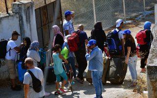 Οικογένειες προσφύγων και μεταναστών κατά την άφιξή τους, στο στρατόπεδο της Κορίνθου, την Πέμπτη 19 Σεπτεμβρίου 2019, στο πλαίσιο του σχεδίου που εφαρμόζει η κυβέρνηση για την αποσυμφόρηση των νησιών. ΑΠΕ-ΜΠΕ/ΑΠΕ-ΜΠΕ/ΒΑΣΙΛΗΣ ΨΩΜΑΣ