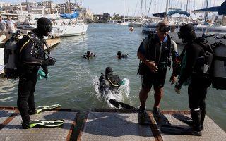 Βατραχάνθρωποι προετοιμάζονται για κατάδυση στο Μικρολίμανο, στον Πειραιά, με σκοπό τον καθαρισμό του βυθού στο λιμάνι, στο πλαίσιο της Παγκόσμιας Ημέρας Εθελοντικού Καθαρισμού των Ακτών, Σάββατο 21 Σεπτεμβρίου 2019. Την εθελοντική δράση διοργάνωσαν η Αντιπροσωπεία της Ευρωπαϊκής Επιτροπής στην Ελλάδα και ο τηλεοπτικός σταθμός ΣΚΑΪ. ΑΠΕ-ΜΠΕ/ΑΠΕ-ΜΠΕ/ΣΥΜΕΛΑ ΠΑΝΤΖΑΡΤΖΗ