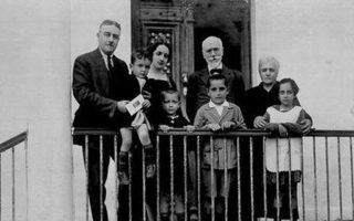 Ο Κωνσταντίνος Μητσοτάκης σε παιδική ηλικία μπροστά από τον Ελευθέριο Βενιζέλο στο σπίτι όπου υπεγράφη η «Συμφωνία της Χαλέπας», στα Χανιά.