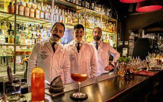 Οι bartenders του ατμοσφαιρικού L' Antiquario. (Φωτογραφία: Αλεξάνδρος Αντωνιάδης)