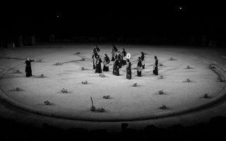 Η «γυμνή» σκηνογραφία του Π. Μέξη για τον φετινό –σε σκηνοθεσία Κωνσταντίνου Μαρκουλάκη– «Οιδίποδα Τύραννο» βασιζόταν στην ιδέα των πήλινων, διάσπαρτων στο χώμα, μωρών.