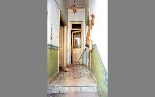 Το εσωτερικό του εγκαταλελειμμένου σπιτιού στην οδό Χειμάρρας 39, στον Λόφο Σκουζέ.