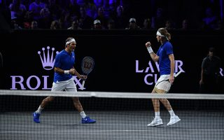 Roger Federer και Στέφανος Τσιτσιπάς έπαιξαν μαζί στο διπλό ανδρών στο Laver Cup 2019. ©Rolex/Antoine Couvercelle