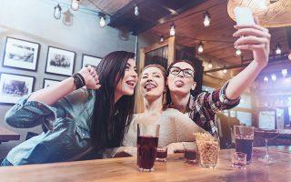 Η Ρούνεϋ γράφει για τη γενιά των millennials. Αλλωστε είναι και η ίδια μέλος της. Χιλιάδες συνομήλικοί της βρήκαν στις σελίδες της τους εαυτούς τους. Τις συνήθειες και τις ανησυχίες τους.