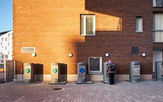 Χωριστά ρεύματα ανακύκλωσης σε δρόμο του Ελσίνκι. Οι κάδοι για τα κοινά απορρίμματα βρίσκονται μέσα στα κτίρια ή στις αυλές, ενώ η ανακύκλωση των υπολοίπων γίνεται σε εγκαταστάσεις όπως της φωτογραφίας, σε ειδικά κέντρα ή στα καταστήματα από όπου αγοράστηκε ένα προϊόν.