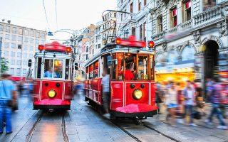 Από τις δεισιδαιμονίες και τις προκαταλήψεις, τις γεύσεις και τα χρώματα στο μακρινό Βαν της ανατολικής Τουρκίας, όπου γεννήθηκε το 1947, οι αναμνήσεις της Λέιλα πετούν στην Κωνσταντινούπολη, όπου καταλήγουν «οι κατατρεγμένοι και οι ονειροπόλοι».
