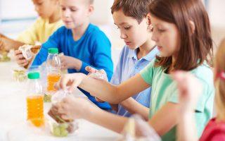 «Αυτό που μπορούν να κάνουν οι γονείς είναι, αντί να δίνουν στα παιδιά χρήματα για να φάνε κάτι απέξω, να τους ετοιμάζουν οι ίδιοι το γεύμα τους για το σχολείο. Το κολατσιό θα πρέπει να περιλαμβάνει οπωσδήποτε ένα φρούτο και ίσως ένα σάντουιτς με κασέρι ή φέτα και λαχανικά», σημειώνει η καθηγήτρια κ. Αντωνία Τριχοπούλου. SHUTTERSTOCK