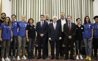 Ο Πρόεδρος της Δημοκρατίας Προκόπης Παυλόπουλος (Κ), ο υφυπουργός Αθλητισμού, Λευτέρης Αυγενάκης (Κ-Α) και ο γενικός γραμματέας Αθλητισμού, Γιώργος Μαυρωτάς (Κ-Δ) φωτογραφίζονται με τα μέλη της Εθνικής Ομάδα Κωφών Γυναικών, η οποία κατέκτησε το Χρυσό Μετάλλιο στο Παγκόσμιο Πρωτάθλημα Καλαθοσφαίρισης Κωφών που διεξήχθη στο Lublin της Πολωνίας, Αθήνα, Τρίτη 10 Σεπτεμβρίου 2019.  ΑΠΕ-ΜΠΕ/ΑΠΕ-ΜΠΕ/ΓΙΑΝΝΗΣ ΚΟΛΕΣΙΔΗΣ