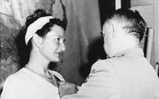 Στη Βιρτζίνια Χολ απονεμήθηκε ένα από τα ανώτερα αμερικανικά στρατιωτικά παράσημα για «εξαιρετικό ηρωισμό» στον Β΄Παγκόσμιο Πόλεμο. Μέχρι τον θάνατό της ουδέποτε επεδίωξε τη δημόσια αναγνώριση.