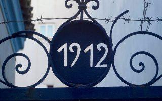 Η καγκελόπορτα στην οδό Μελενίκου 39 στον Βοτανικό με το έτος «1912» στη σιδεριά της.